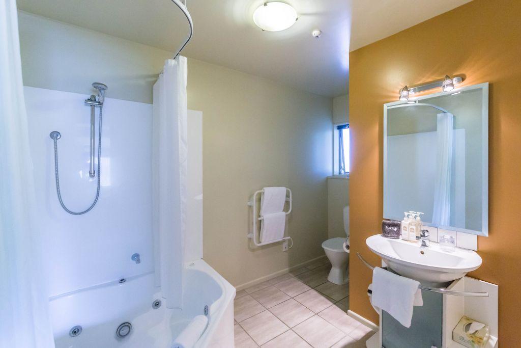 Spa Bath Shower and Toilet Ensuite
